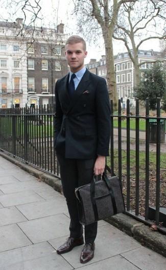 Comment porter une cravate bleu marine: Pense à associer un costume noir avec une cravate bleu marine pour un look classique et élégant. Une paire de des chaussures richelieu en cuir marron foncé apporte une touche de décontraction à l'ensemble.