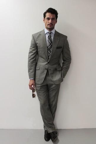 Comment porter une cravate écossaise gris foncé: Associe un costume gris avec une cravate écossaise gris foncé pour une silhouette classique et raffinée. Mélange les styles en portant une paire de chaussures richelieu en cuir noires.