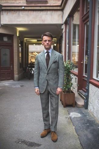 Comment porter une pochette de costume imprimée marron foncé: Pense à porter un costume écossais gris et une pochette de costume imprimée marron foncé pour affronter sans effort les défis que la journée te réserve. Une paire de des chaussures richelieu en daim marron clair est une façon simple d'améliorer ton look.