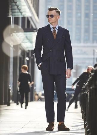 Comment porter une cravate á pois marron: Associe un costume à rayures verticales bleu marine avec une cravate á pois marron pour un look pointu et élégant. Une paire de des chaussures richelieu en daim marron foncé s'intégrera de manière fluide à une grande variété de tenues.