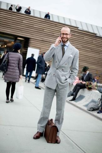 Comment porter une pochette de costume blanche: Essaie de marier un costume gris avec une pochette de costume blanche pour une tenue idéale le week-end. Termine ce look avec une paire de des chaussures richelieu en cuir bordeaux pour afficher ton expertise vestimentaire.