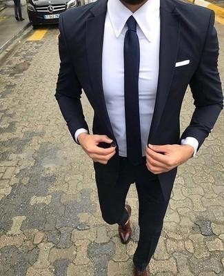 Comment porter une cravate bleu marine: Marie un costume bleu marine avec une cravate bleu marine pour dégager classe et sophistication. Tu veux y aller doucement avec les chaussures? Opte pour une paire de des chaussures richelieu en cuir bordeaux pour la journée.