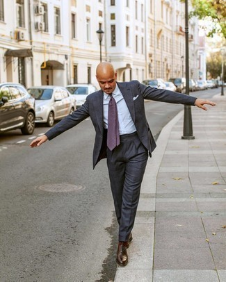 Comment porter une cravate imprimée violette: Essaie de marier un costume gris foncé avec une cravate imprimée violette pour dégager classe et sophistication. Pour les chaussures, fais un choix décontracté avec une paire de chaussures richelieu en cuir marron.