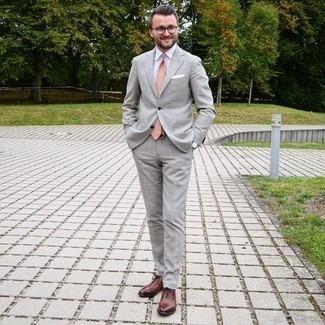 Comment porter une cravate rose: Pense à harmoniser un costume gris avec une cravate rose pour un look pointu et élégant. Tu veux y aller doucement avec les chaussures? Opte pour une paire de chaussures richelieu en cuir marron pour la journée.