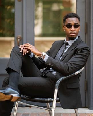 Comment porter une cravate écossaise gris foncé: Opte pour un costume gris foncé avec une cravate écossaise gris foncé pour un look pointu et élégant. Pourquoi ne pas ajouter une paire de chaussures richelieu en cuir noires à l'ensemble pour une allure plus décontractée?