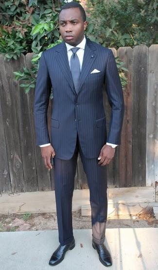 Comment porter un costume à rayures verticales bleu marine: Marie un costume à rayures verticales bleu marine avec une chemise de ville blanche pour dégager classe et sophistication. Cette tenue est parfait avec une paire de chaussures richelieu en cuir noires.