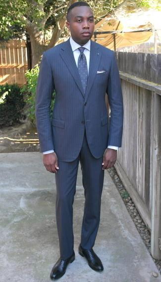 Comment porter un costume à rayures verticales bleu marine: Pense à opter pour un costume à rayures verticales bleu marine et une chemise de ville blanche pour un look classique et élégant. Une paire de chaussures richelieu en cuir noires est une option avisé pour complèter cette tenue.
