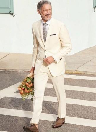 Comment porter une cravate: Opte pour un costume beige avec une cravate pour un look classique et élégant. Tu veux y aller doucement avec les chaussures? Fais d'une paire de chaussures richelieu en cuir marron ton choix de souliers pour la journée.