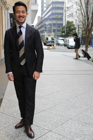 Comment porter une pochette de costume noire: Opte pour un costume noir avec une pochette de costume noire pour une tenue confortable aussi composée avec goût. Opte pour une paire de chaussures richelieu en cuir marron foncé pour afficher ton expertise vestimentaire.