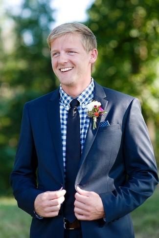 Comment porter: costume bleu marine, chemise de ville en vichy blanc et bleu, cravate bleu marine, pochette de costume á pois bleu marine et blanc