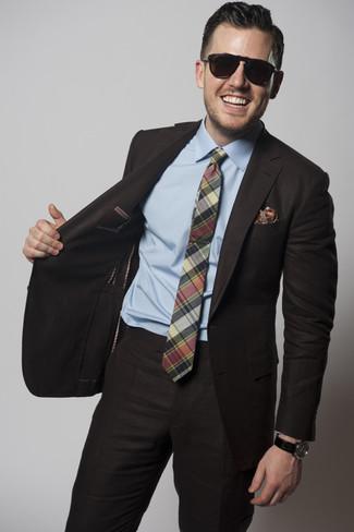 Comment porter: costume marron foncé, chemise de ville bleu clair, cravate écossaise verte, pochette de costume imprimée rouge