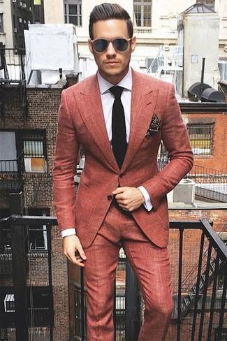 Comment porter: costume rouge, chemise de ville à carreaux blanche, cravate en tricot noire, pochette de costume á pois marron foncé