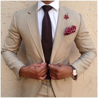 Comment porter: costume beige, chemise de ville blanche, cravate en tricot bordeaux, pochette de costume á pois rouge et blanc