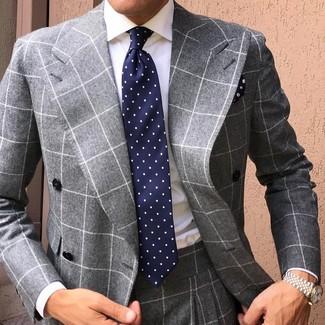 Comment porter: costume à carreaux gris, chemise de ville blanche, cravate á pois bleu marine, pochette de costume à fleurs bleu marine