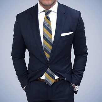 Tenue: Costume bleu marine, Chemise de ville blanche, Cravate à rayures verticales bleu marine, Pochette de costume blanche