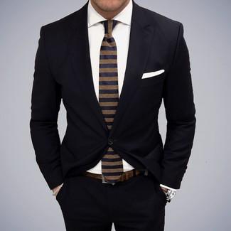 Tenue: Costume noir, Chemise de ville blanche, Cravate à rayures horizontales bleu marine, Pochette de costume blanche