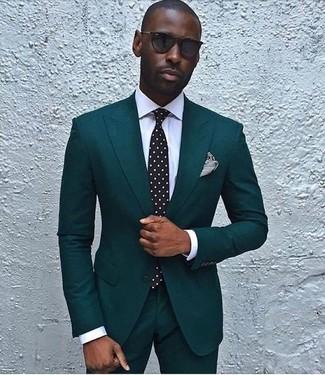 Comment porter: costume bleu canard, chemise de ville blanche, cravate á pois noire et blanche, pochette de costume à rayures horizontales noire et blanche
