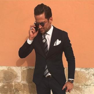 Comment porter: costume noir, chemise de ville blanche, cravate à rayures verticales grise, pochette de costume blanche