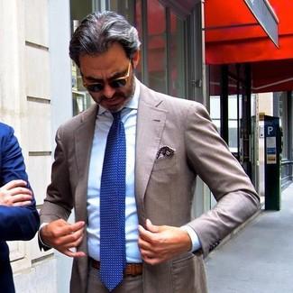 Comment porter: costume marron, chemise de ville bleu clair, cravate á pois bleue, pochette de costume imprimée marron