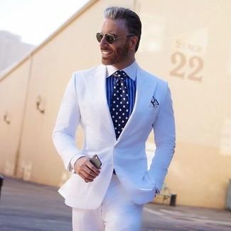 Comment porter: costume blanc, chemise de ville à rayures verticales blanc et bleu, cravate á pois bleu marine et blanc, pochette de costume blanche