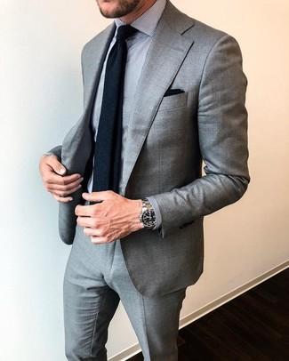 Comment porter une chemise de ville à rayures verticales grise: Choisis une chemise de ville à rayures verticales grise et un costume gris pour une silhouette classique et raffinée.