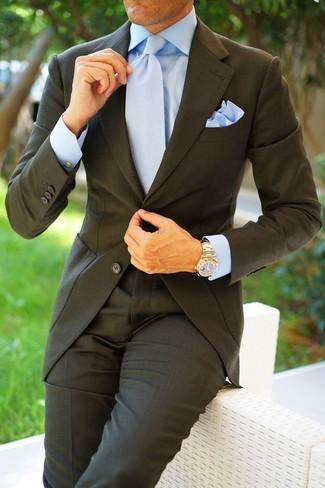 Comment porter: costume gris foncé, chemise de ville bleu clair, cravate bleu clair, pochette de costume bleu clair