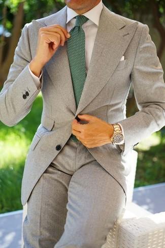 Comment porter: costume gris, chemise de ville blanche, cravate á pois vert foncé, pochette de costume blanche