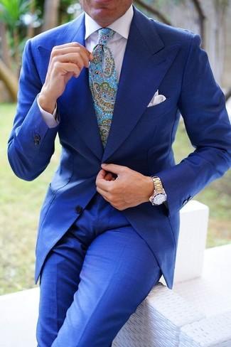 Comment porter: costume bleu, chemise de ville blanche, cravate imprimée cachemire turquoise, pochette de costume blanche