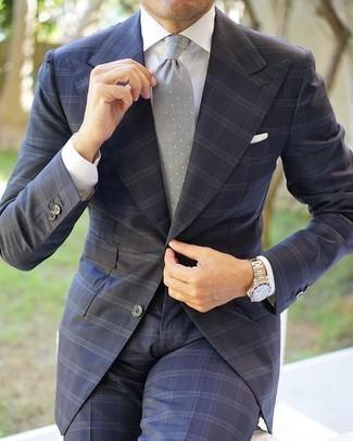 Comment porter un costume à carreaux gris foncé: Pense à associer un costume à carreaux gris foncé avec une chemise de ville blanche pour un look classique et élégant.