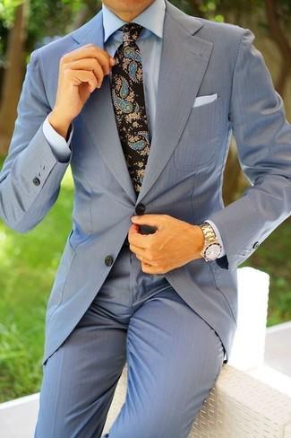 Comment porter: costume bleu clair, chemise de ville bleu clair, cravate imprimée cachemire noire, pochette de costume blanche