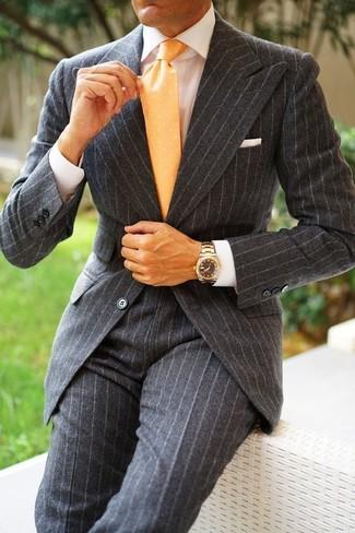 Comment porter: costume en laine à rayures verticales gris foncé, chemise de ville blanche, cravate á pois jaune, pochette de costume blanche