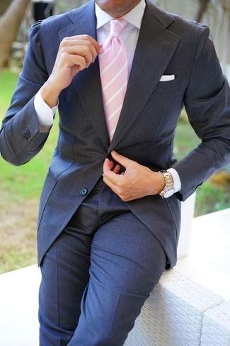 Comment porter: costume gris foncé, chemise de ville blanche, cravate à rayures verticales rose, pochette de costume blanche
