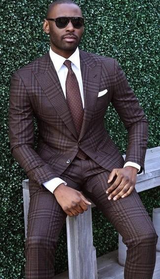 Comment porter: costume écossais marron foncé, chemise de ville blanche, cravate á pois marron foncé, pochette de costume blanche