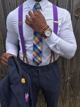 Comment porter: costume gris foncé, chemise de ville blanche, cravate écossaise multicolore, pochette de costume pourpre