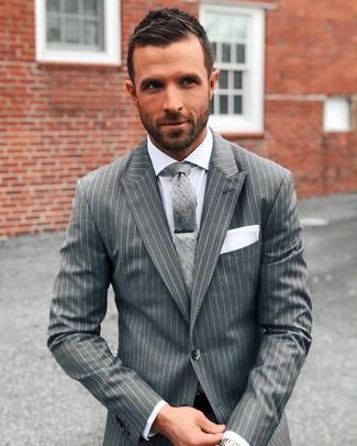 Comment porter: costume à rayures verticales gris, chemise de ville blanche, cravate grise, pochette de costume blanche