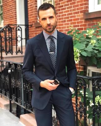 Comment porter: costume bleu marine, chemise de ville en vichy noire et blanche, cravate à rayures verticales noire et blanche, lunettes de soleil noires