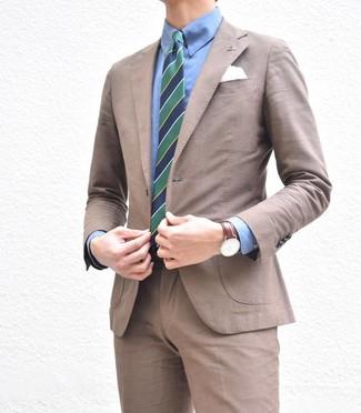 Comment porter: costume marron, chemise de ville bleue, cravate à rayures verticales bleu marine et vert, pochette de costume blanche