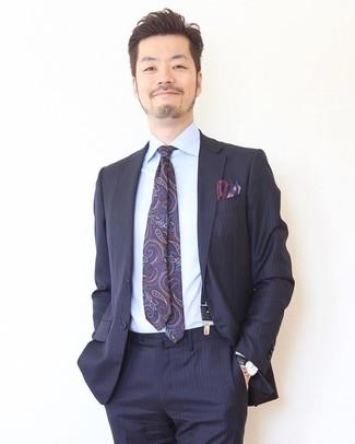 Comment porter: costume à rayures verticales bleu marine, chemise de ville bleu clair, cravate imprimée cachemire bleu marine, pochette de costume imprimée bleu marine