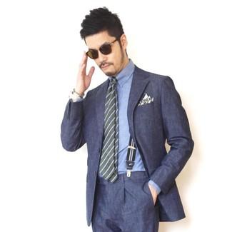 Comment porter: costume bleu marine, chemise de ville en chambray bleue, cravate à rayures horizontales olive, pochette de costume imprimée olive