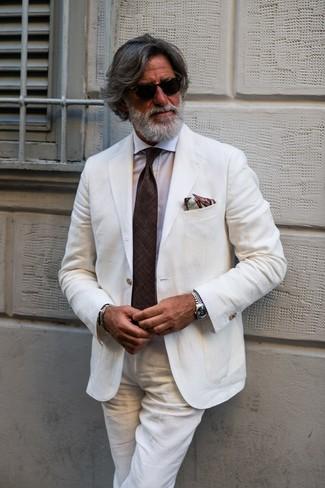 Comment porter: costume en lin blanc, chemise de ville blanche, cravate marron foncé, pochette de costume imprimée marron