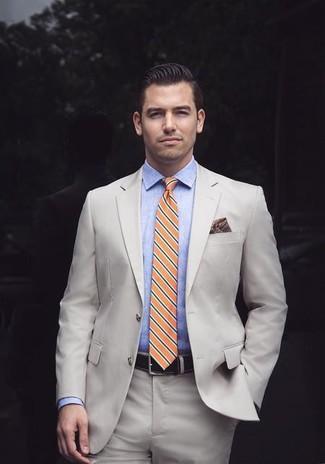 Comment porter: costume beige, chemise de ville en chambray bleu clair, cravate à rayures horizontales orange, pochette de costume imprimée bordeaux