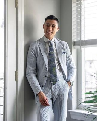 Comment porter un costume à rayures verticales bleu clair: Harmonise un costume à rayures verticales bleu clair avec une chemise de ville blanche pour une silhouette classique et raffinée.
