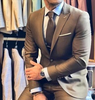 Comment porter: costume marron, chemise de ville blanche, cravate en tricot marron, pochette de costume blanche