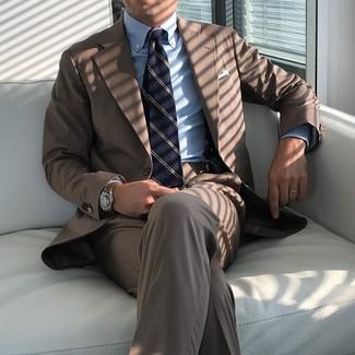 Comment porter un costume marron: Pense à opter pour un costume marron et une chemise de ville à rayures verticales bleu clair pour une silhouette classique et raffinée.