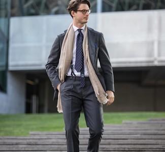 Comment porter une pochette de costume bleu marine: Pense à opter pour un costume gris foncé et une pochette de costume bleu marine pour un look de tous les jours facile à porter.