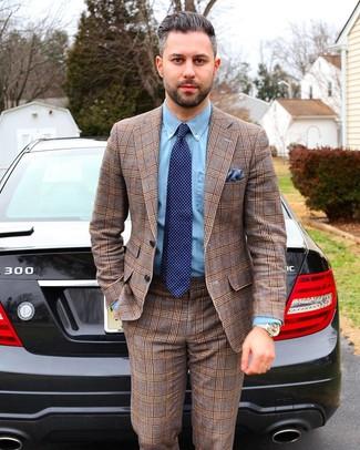 Comment porter: costume écossais marron, chemise de ville en chambray bleu clair, cravate á pois bleu marine, pochette de costume bleue