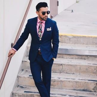 Comment porter une chemise de ville rose: Associe une chemise de ville rose avec un costume bleu marine pour une silhouette classique et raffinée.