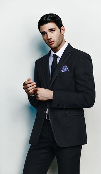 Comment porter: costume noir, chemise de ville blanche, cravate noire, pochette de costume imprimée bleue