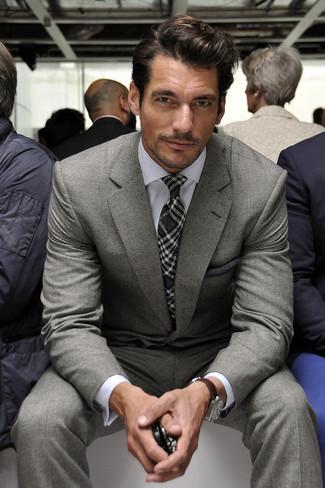 Comment porter: costume gris, chemise de ville blanche, cravate écossaise gris foncé, pochette de costume gris foncé