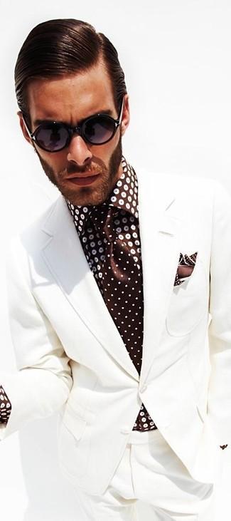 Comment porter: costume blanc, chemise de ville á pois marron foncé, cravate á pois marron foncé, pochette de costume á pois marron foncé